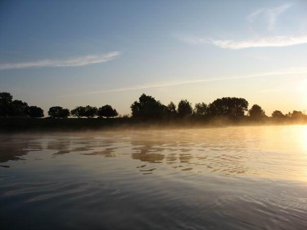 Река парит