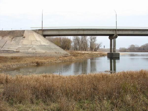 У автомобильного моста